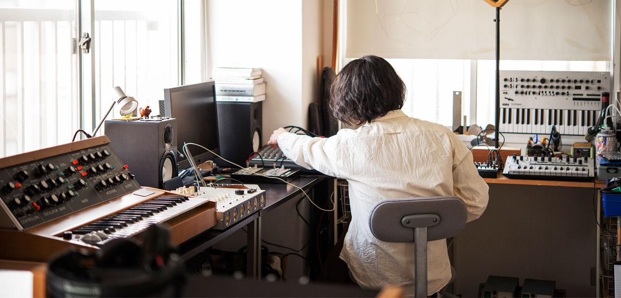 Tatsuya Takahashi at work in his Tokyo home. Photograh by Akemi Kurosaka on 10/06/2017